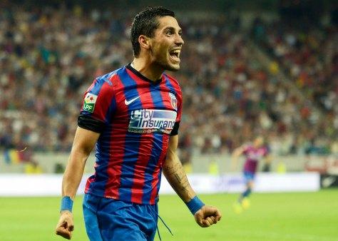 Nicolae Stanciu se bucura dupa golul marcat.
