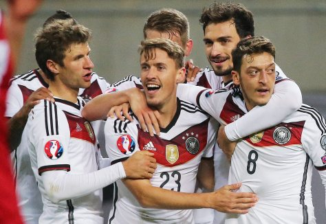 epa04974235 Max Kruse of Germany celebrates scoring the 2-1 with teammates during the UEFA EURO 2016 qualifying Group D soccer match Germany vs Georgia in Leipzig, Germany, 11 October 2015. EPA/Jan Woitas