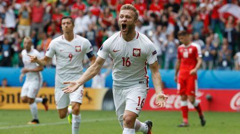 le-polonais-jakub-blaszczykowski-celebre-son-but-inscrit-face-a-la-suisse-lors-de-l-euro-le-25-juin-2016_5622957