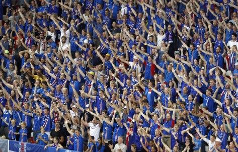 Le-public-islandais-en-plein-clapping-lundi-soir-a-Nice